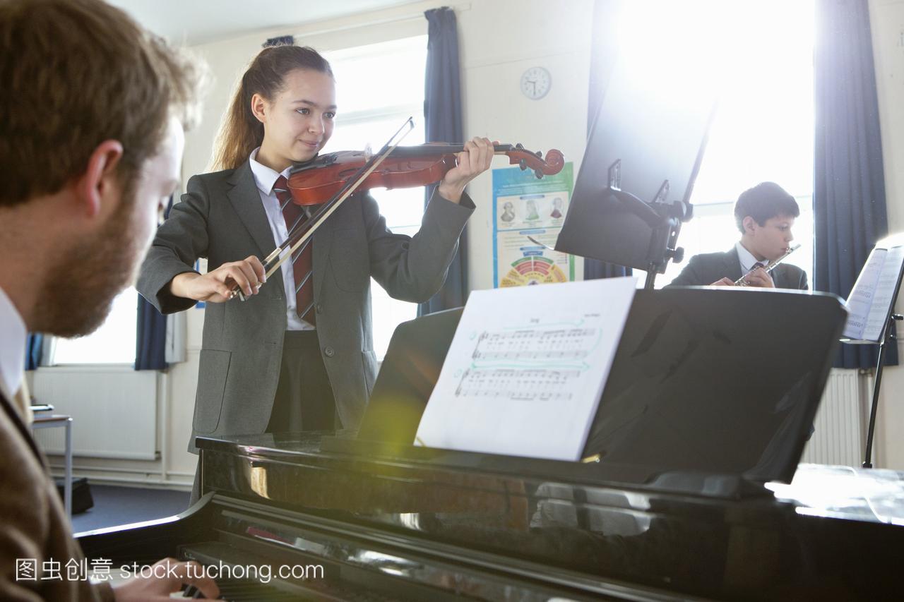 少年学生和乐器在音乐课上演奏小学报老师语文智力开发初中图片