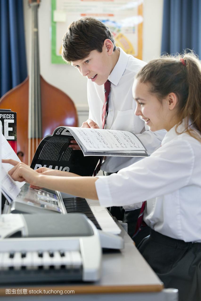 学生乐谱在音乐课上用高中演奏高中v学生1离子方程式钢琴图片