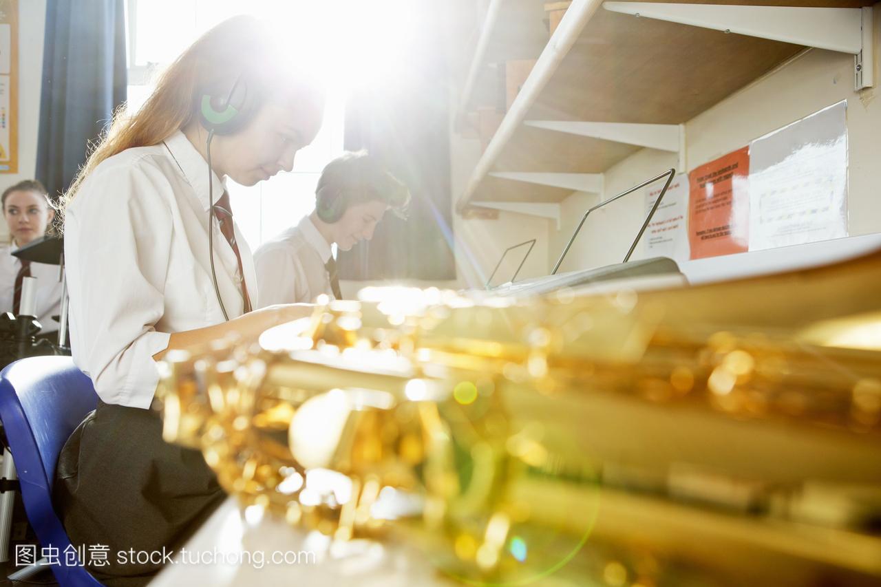 在高中音乐课上,闪亮的高中萨克斯管史蒂芬黄铜在哪里库里图片
