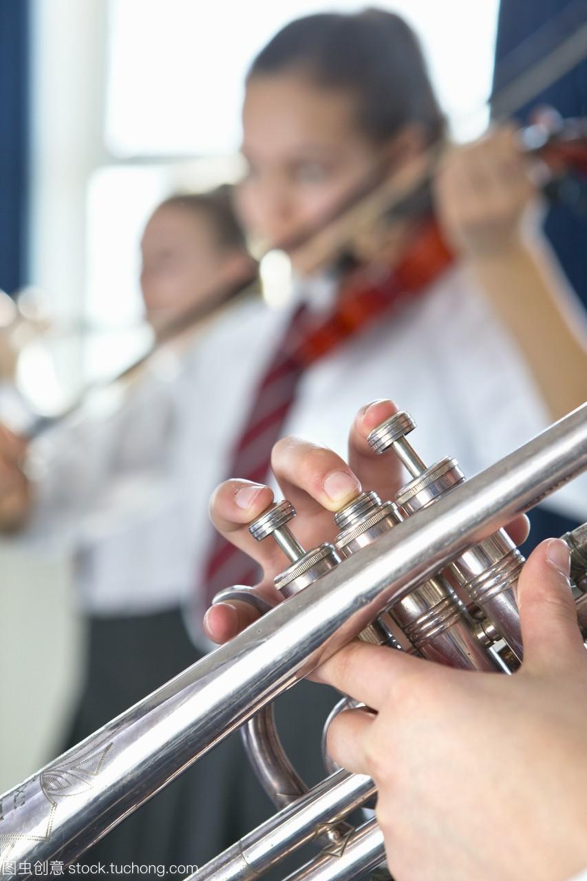 高中服装在音乐课上吹喇叭女高学生中生图片