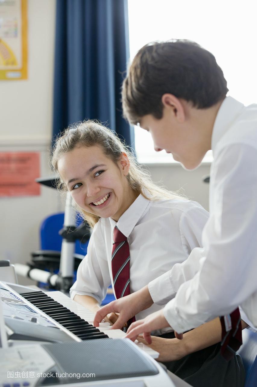 v基础的高中生在音乐课上弹基础钢琴字语文高中词图片