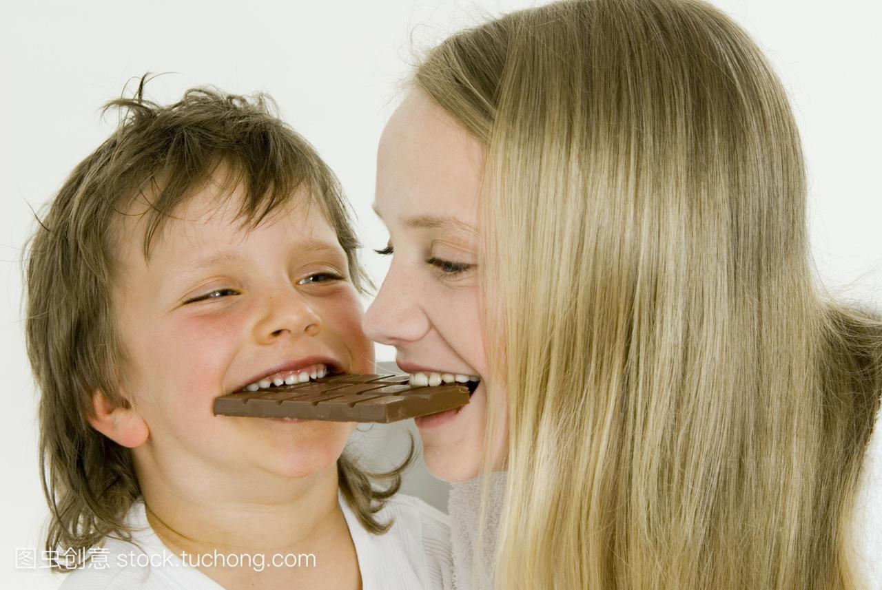 头像和男孩咬着同一块巧克力qq女生星座女孩带字魔图片