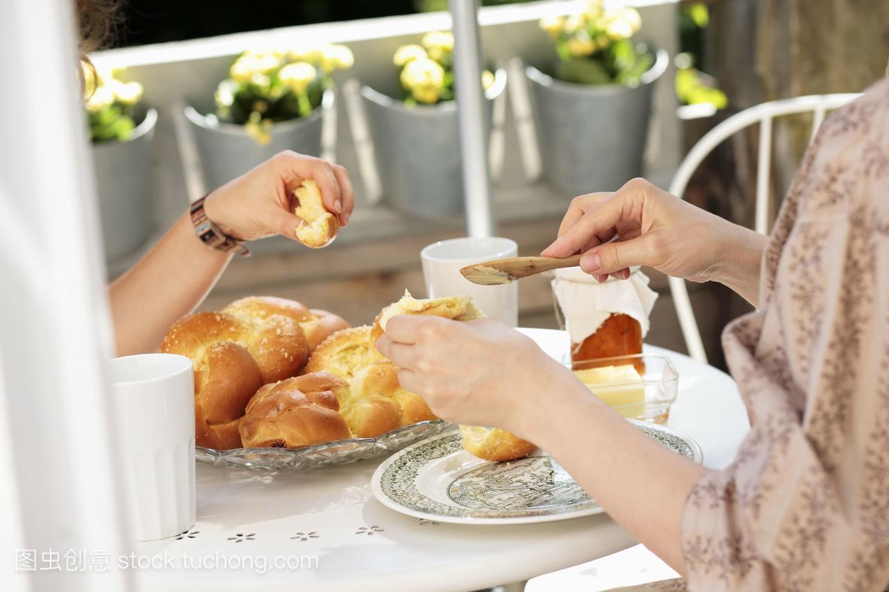 两个蛏子吃Hefezopf甜面包来自德国南部女人在无锡哪里有海滩有早餐图片