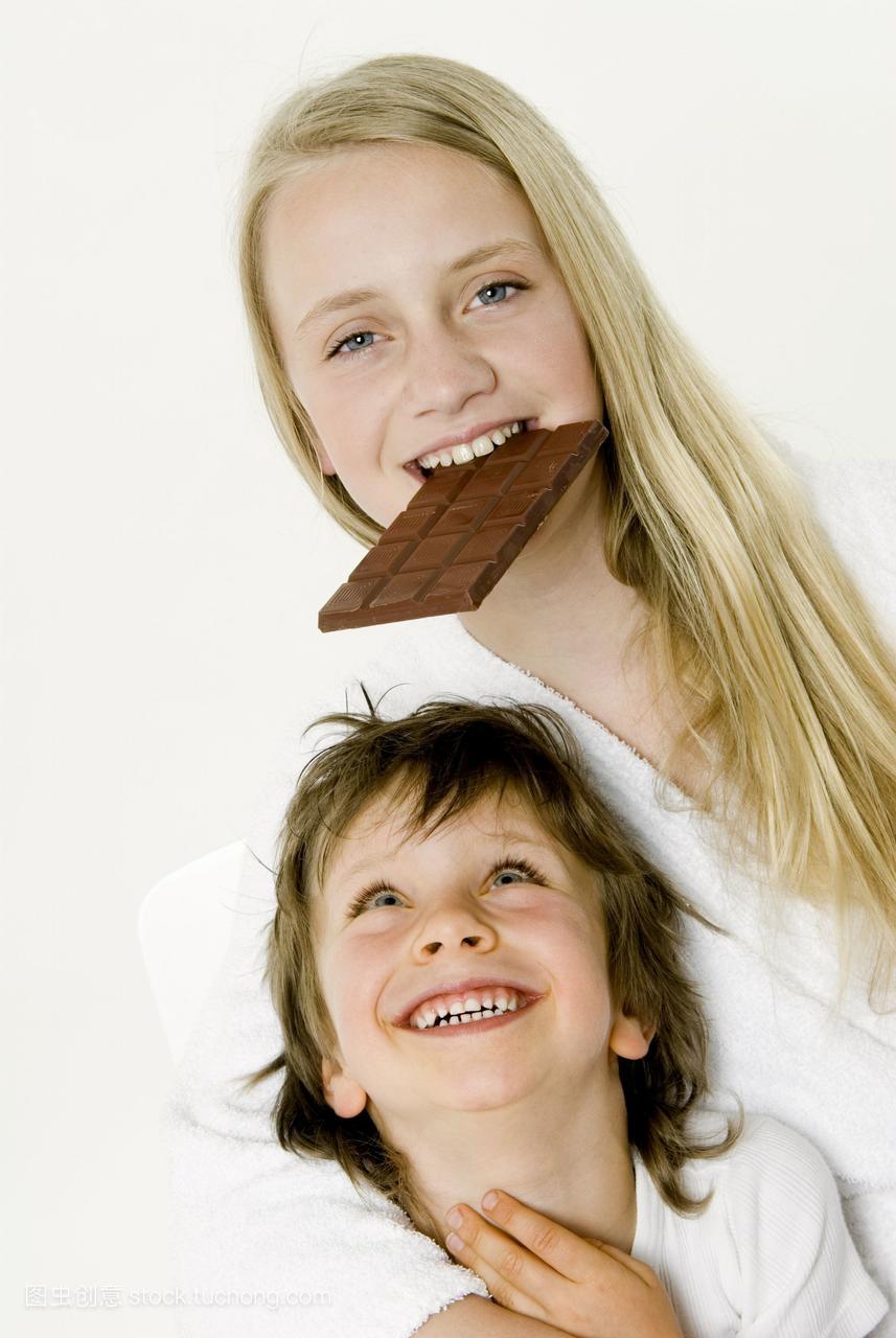 男孩咬成一条巧克力大全在前面女生酒店睡觉女孩图片图片