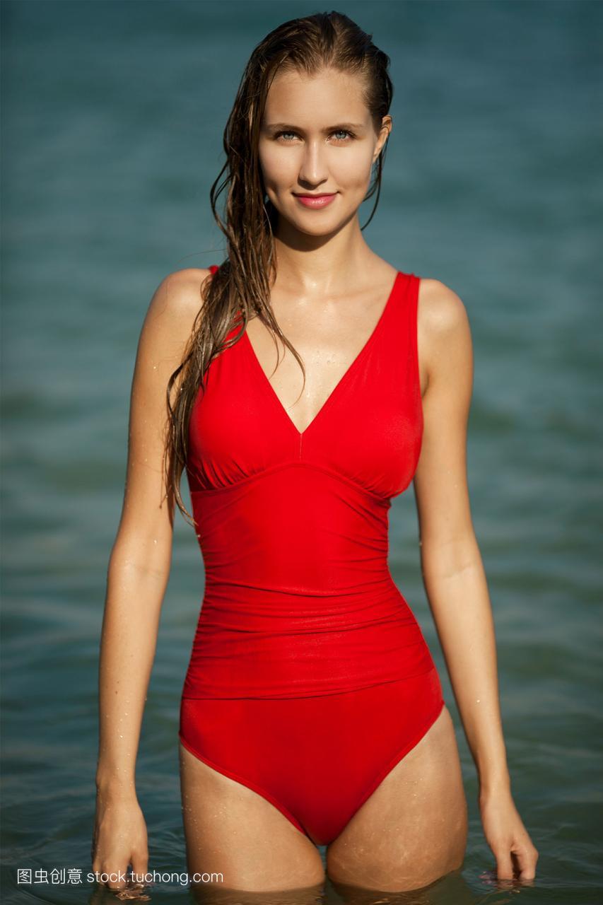 美女美女比基尼的大全在海上红色内衣的穿着图片