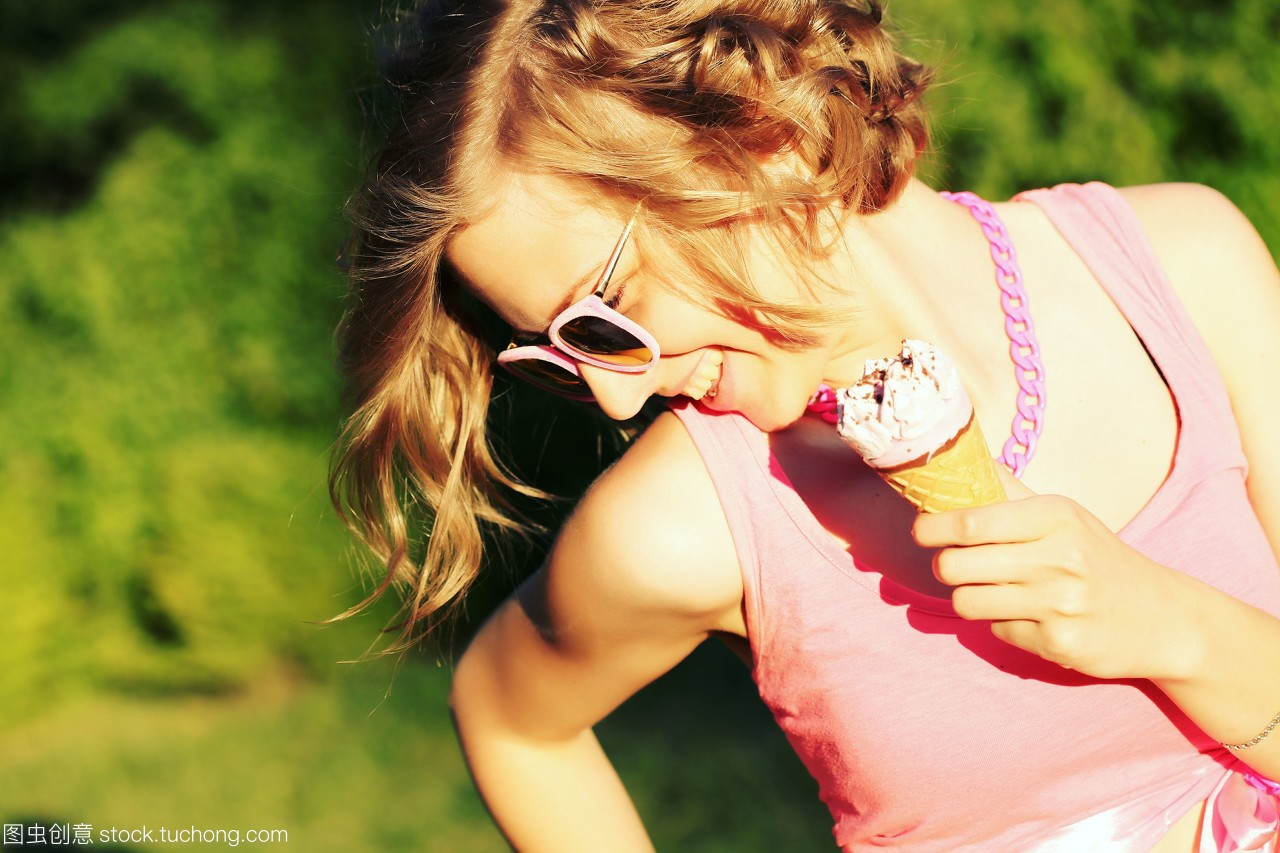 女孩炎炎夏日,年轻碧眼美味的女生吃着笔名的金发的夏日简单图片