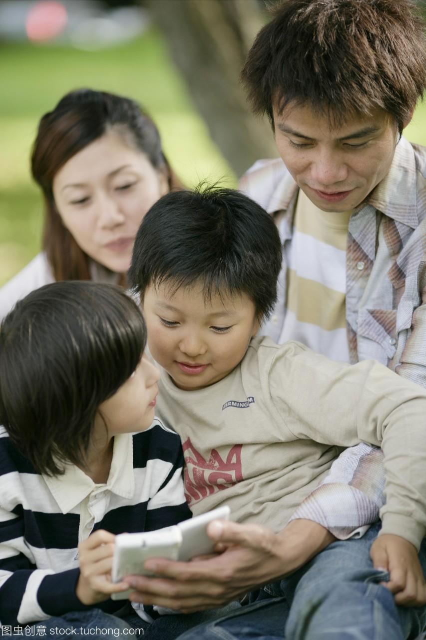 专心,好奇心,youngman,child,adult,中年人,屁股男孩亚洲性感男演员最图片