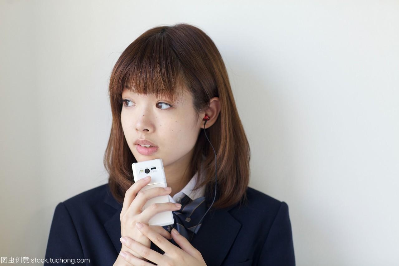 高中高中用手机听学生,面带微笑v高中美术测试题音乐图片