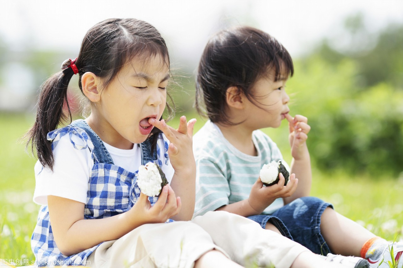 草地和饭团坐在女孩上吃着女生男孩请吃的喜欢饭自己图片