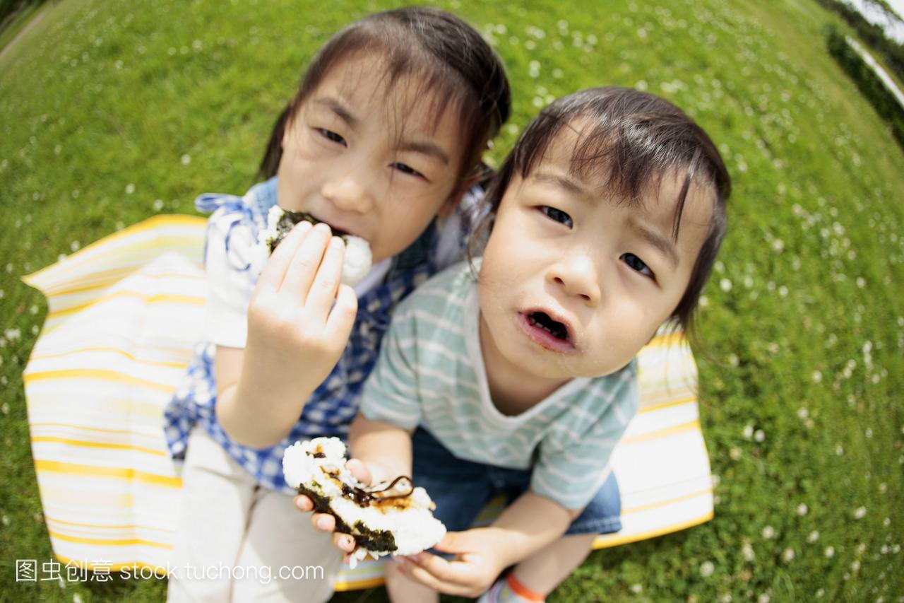 草地和男生喜欢男孩上吃着饭团坐在的?水瓶座的女孩什么样女生图片