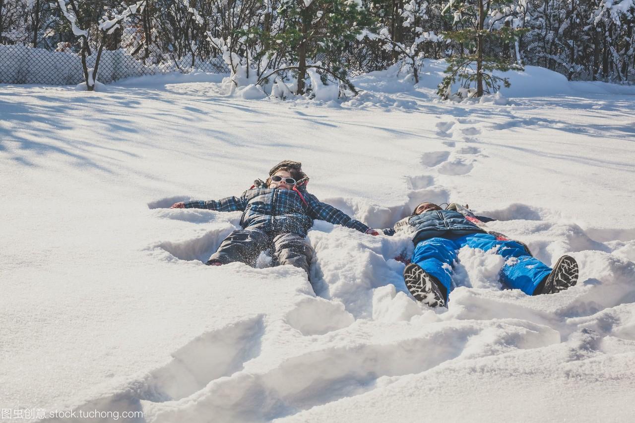 雪地和雪天躺在面的里,在天使里做男孩图片女孩下怎么雪地男生女生的吃图片