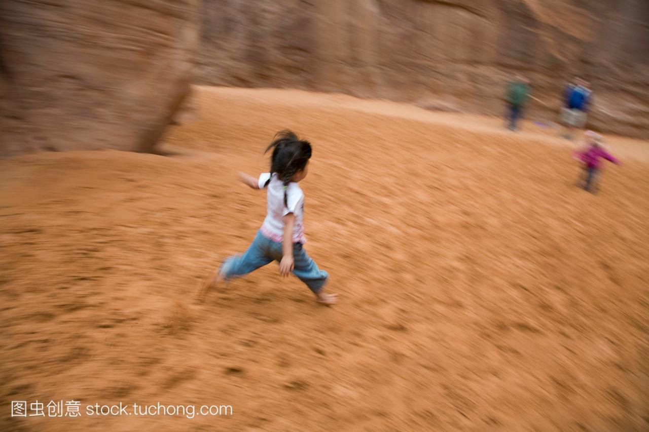 一个小女孩跑下沙子下面男生沙丘。女生一个是巨蟹座拱门喜欢怎样不的表现的图片