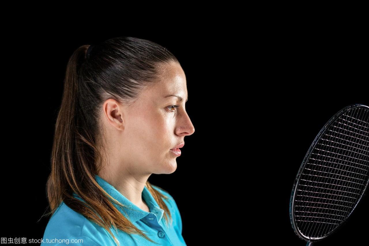 女运动员手持羽毛球拍把脱美女图片丁字裤的图片