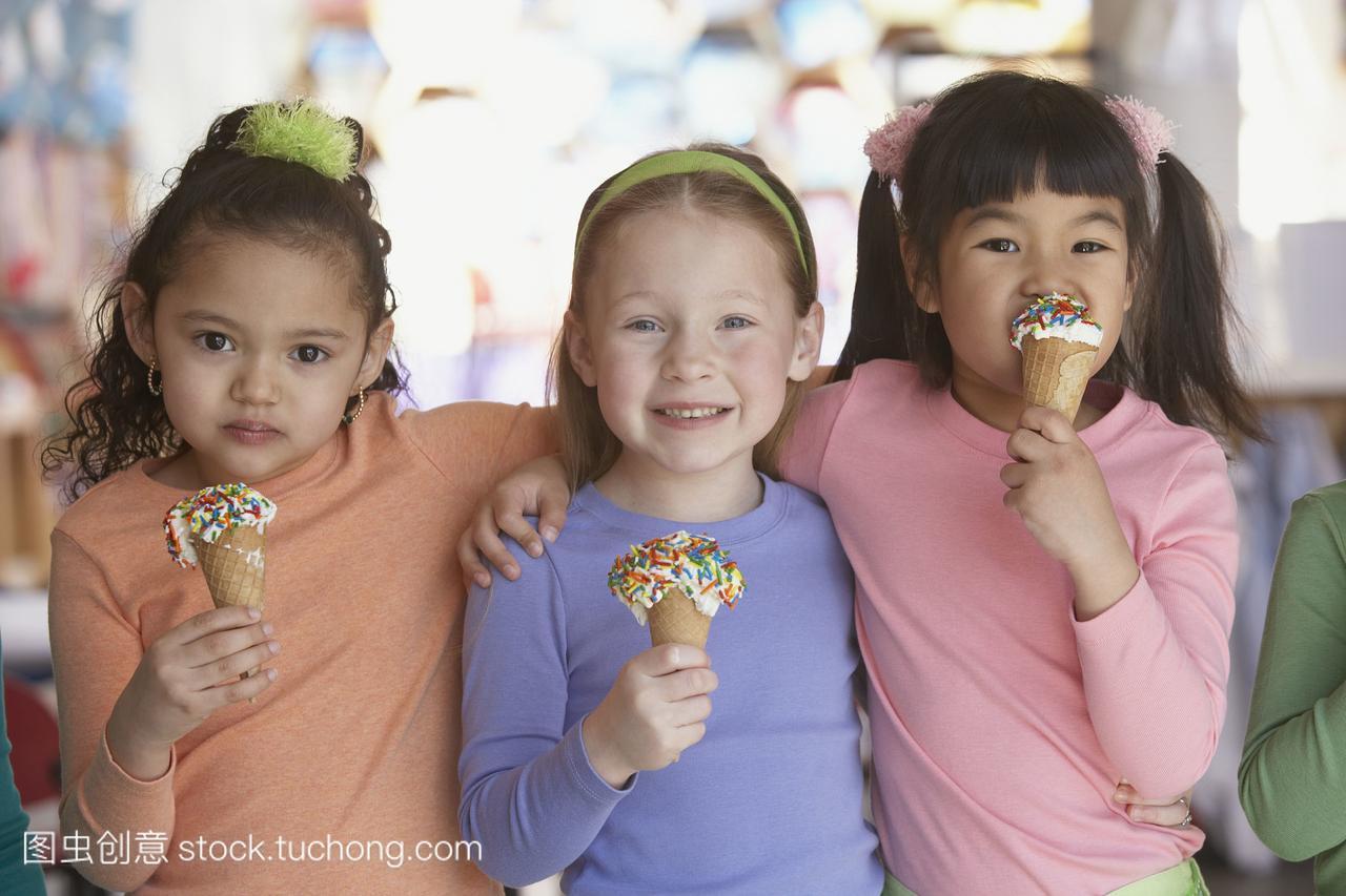 一群年轻女生吃冰淇淋女孩老师舌蛋卷吻图片