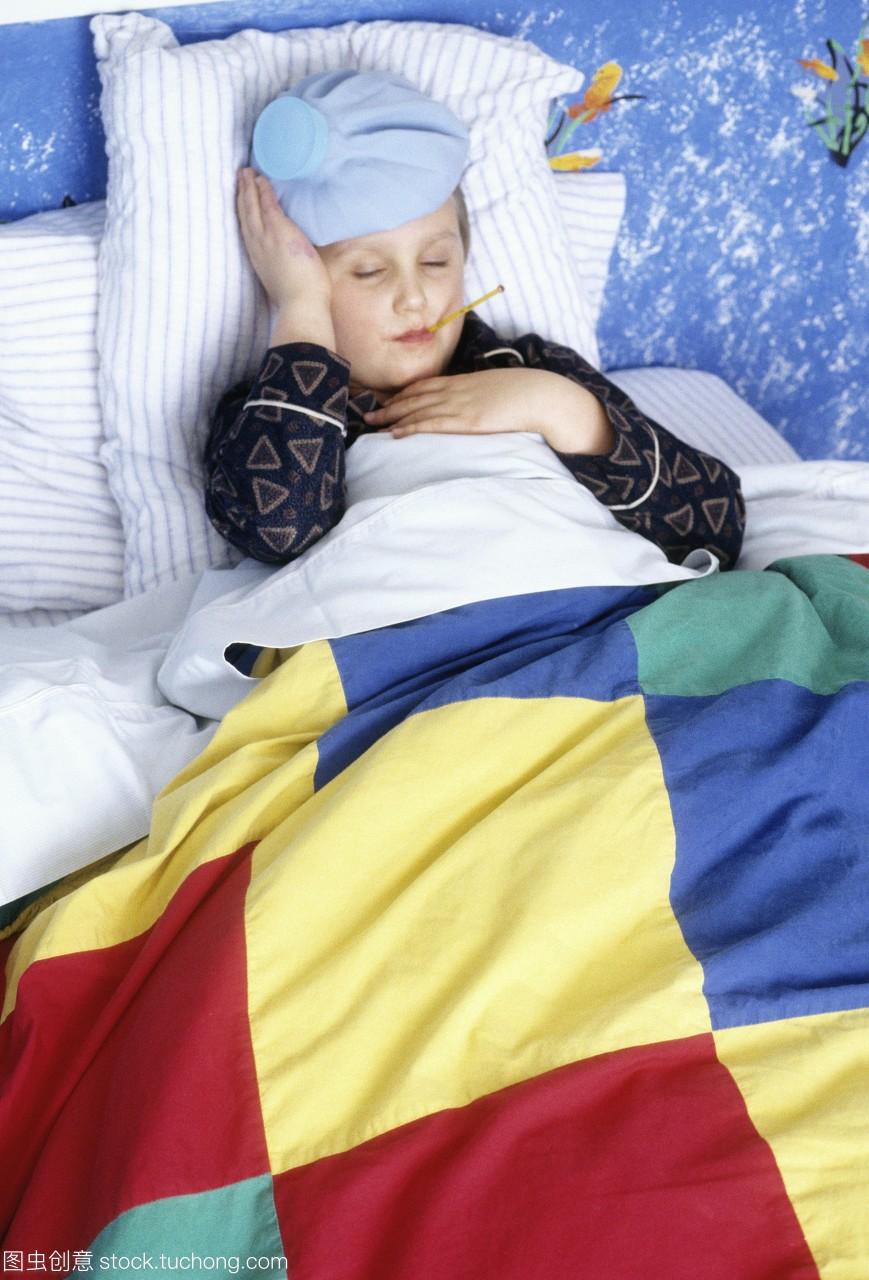 男孩患有。感冒。发布感冒的小模型躺在床上。确诊的主要的流行性感冒依据图片