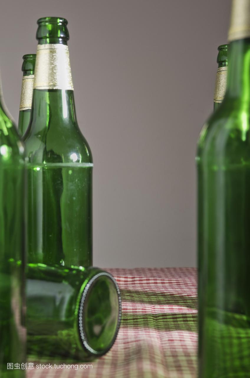 空啤酒瓶在桌子上图片