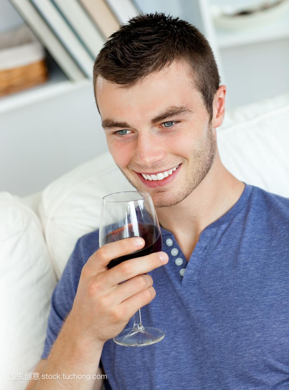 性感年轻人喝酒坐在表情上高潮mm图沙发动画包图片