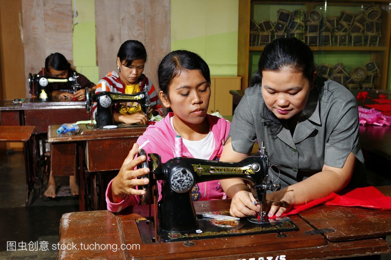 年轻裁缝在缝纫机职业学徒期间女子培训中心S死亡蓝鲸游戏视频图片