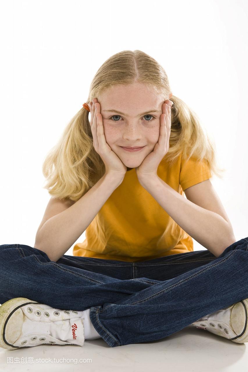 一个微笑的女生金发坐在交叉的腿上的女孩漫画七个图片