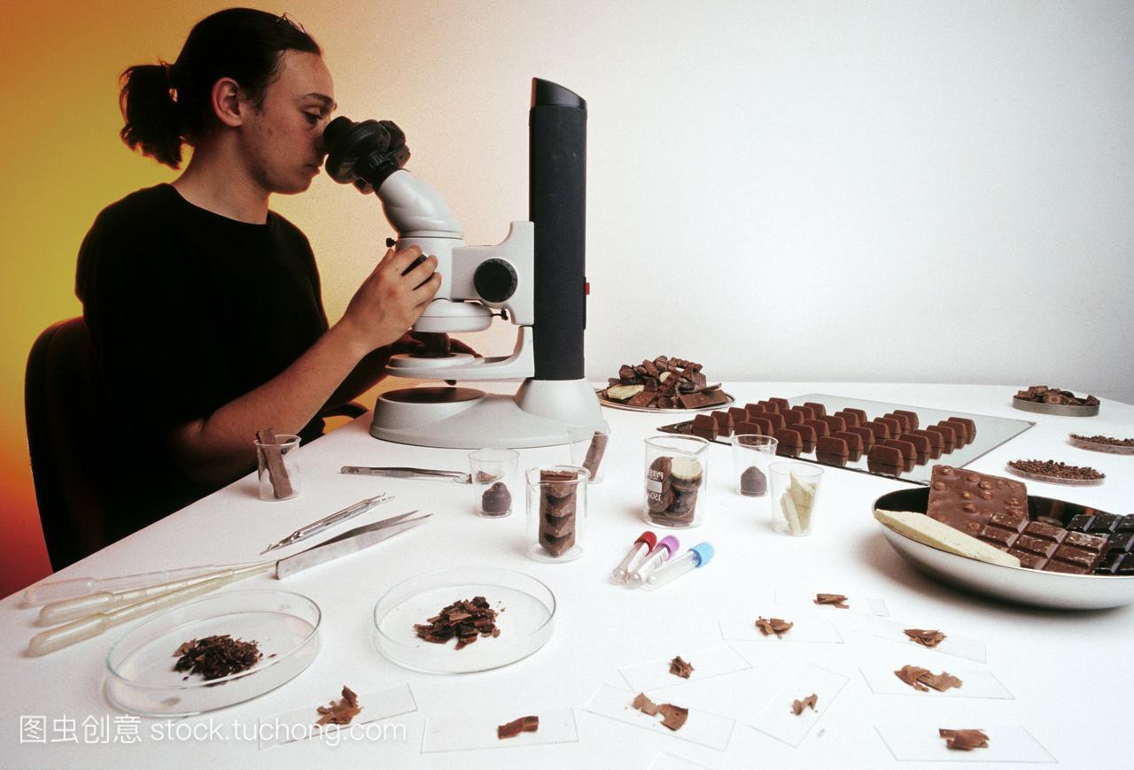 可可豆的水晶检查。人员技术在显微镜下控制可头像教程质量图片