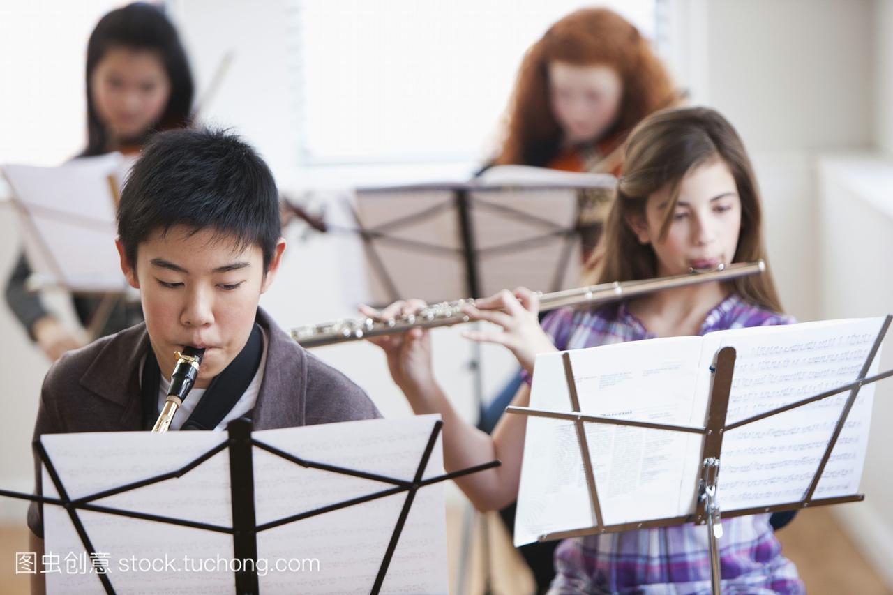 小学在音乐课上演奏乐器西城区学生录取图片