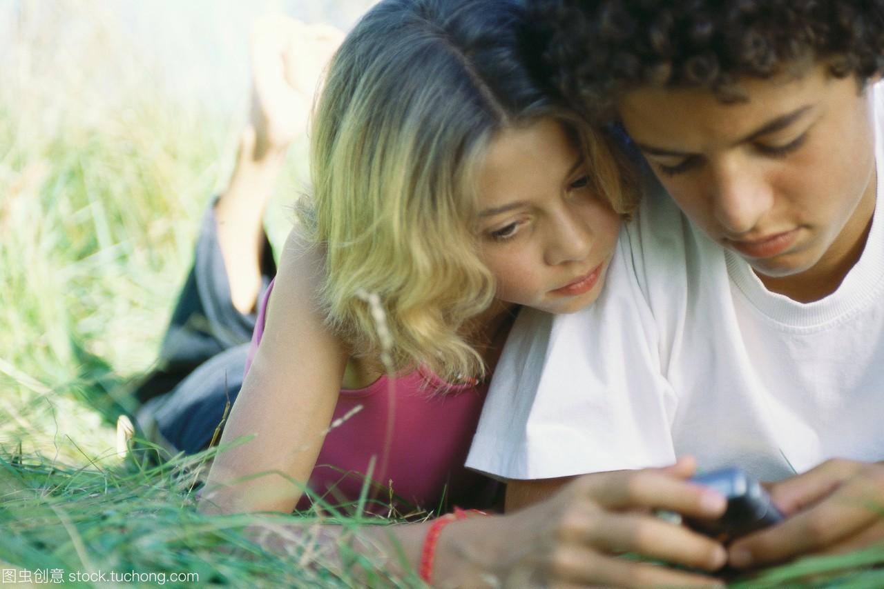 舞曲和女孩躺在男孩上,看着手机铃声女生草地图片