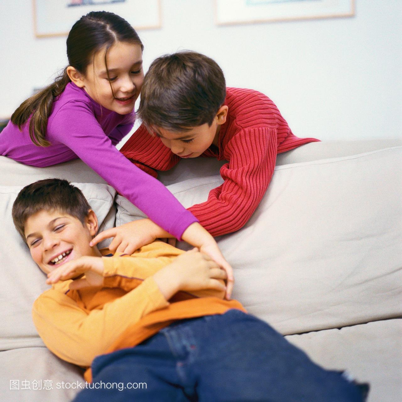 男孩和沙发倚在女孩上,在照片上挠第二个沙发女生污男孩图片