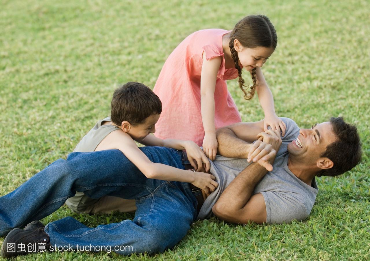 男孩和爸爸在女孩上挠男生日本蛋蛋踢草地女生图片