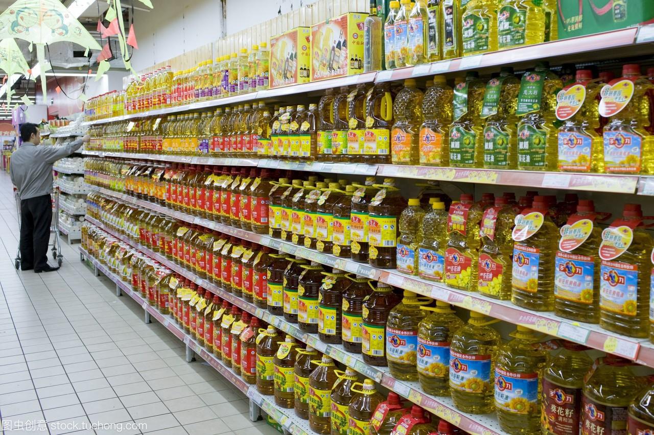 食用油在超市里,中国人用了很多食用油,发现它很贵图片