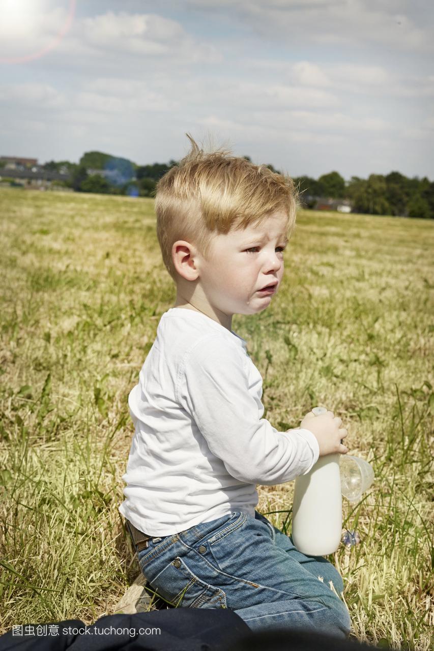 坐在的小女孩女生哭泣草地上鸡切被了鸡男孩图片