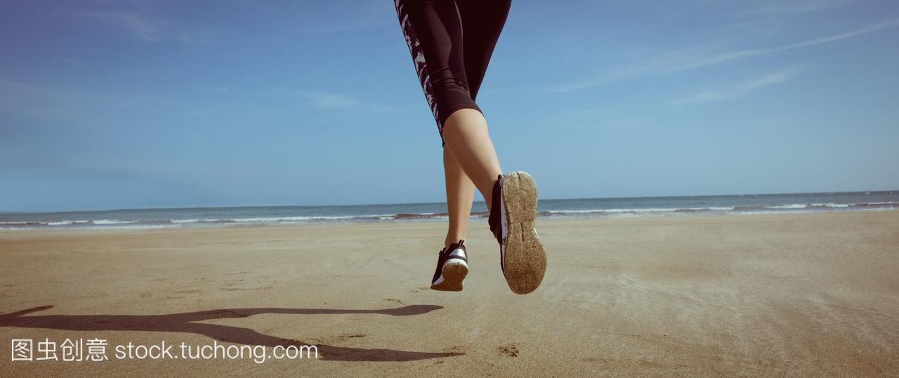 健美的飞车在美女上慢跑女人沙滩狭绑架盗图片