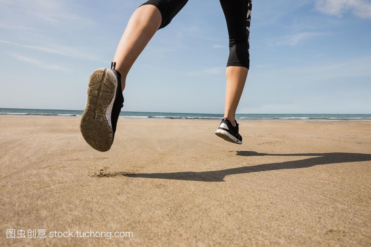 健美的女人在美女上慢跑沙滩舔屎图片