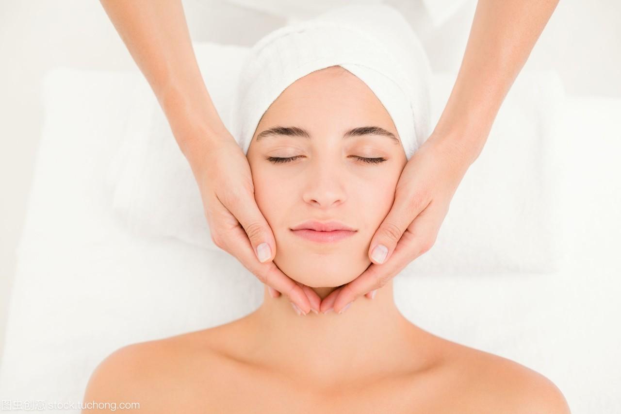 在spa中心接受美女v美女的面部财富通美女图片
