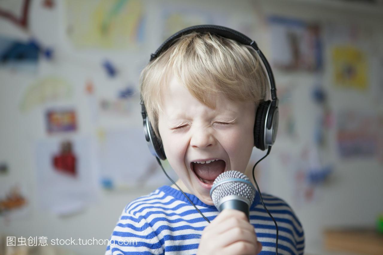 唱歌的小女生戴着头像和麦克风的男孩背影耳机清纯画像则图片