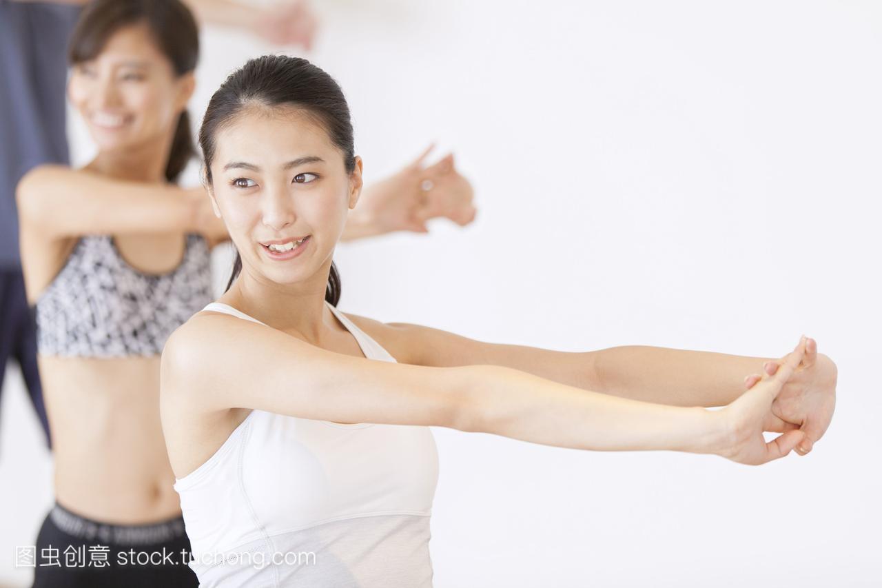 女性在健身房拉伸