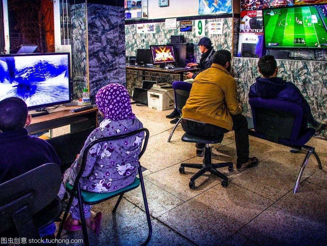摩洛哥足球和电子游戏,在一个网吧里的麦地那