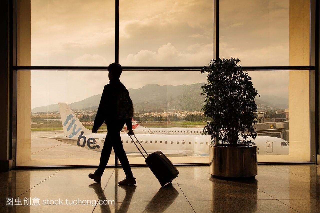 在马拉加机场带行李的游客。costadelsol马拉加