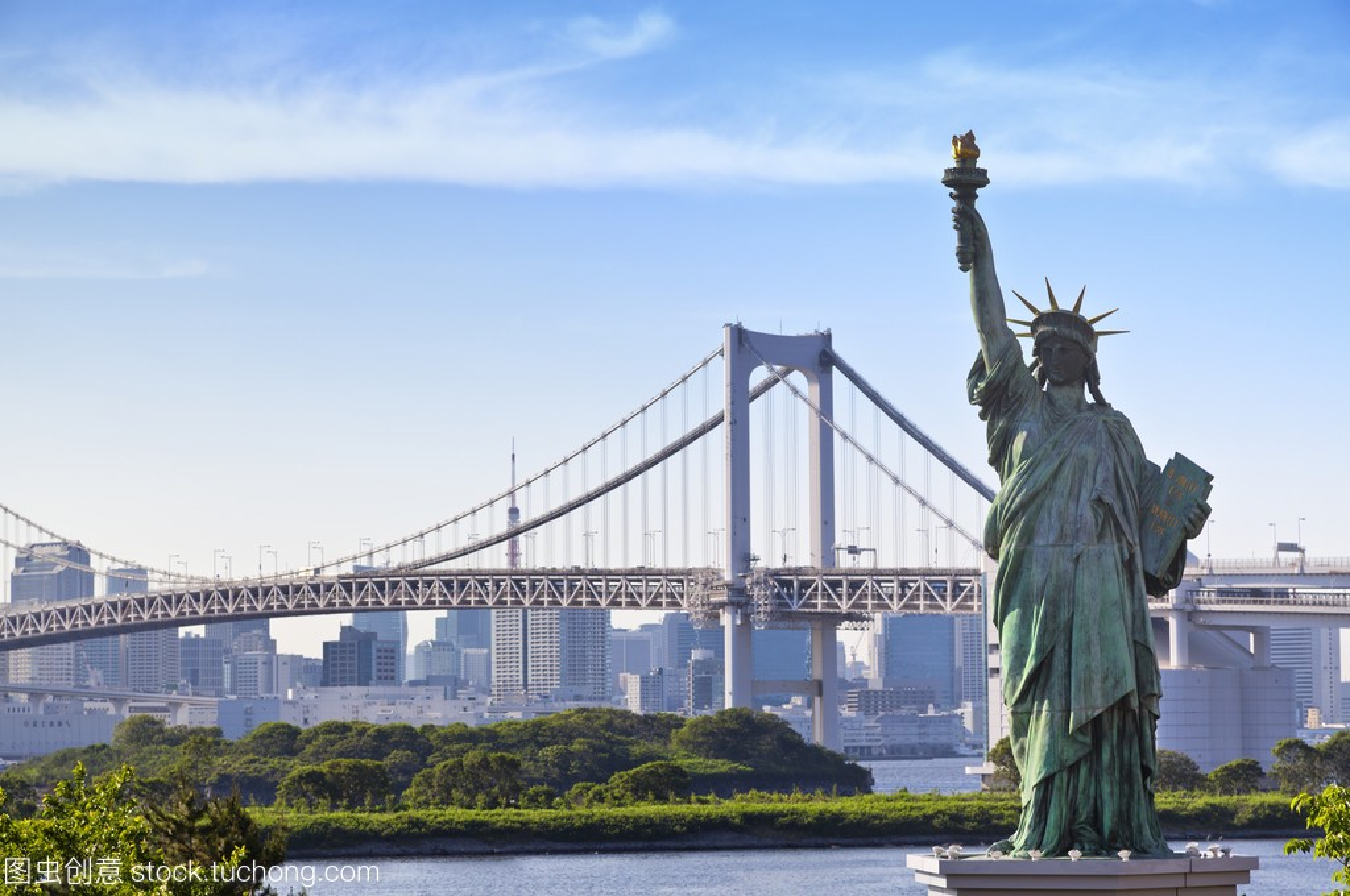 东京天际线,自由女神像和彩虹桥与城市景观在