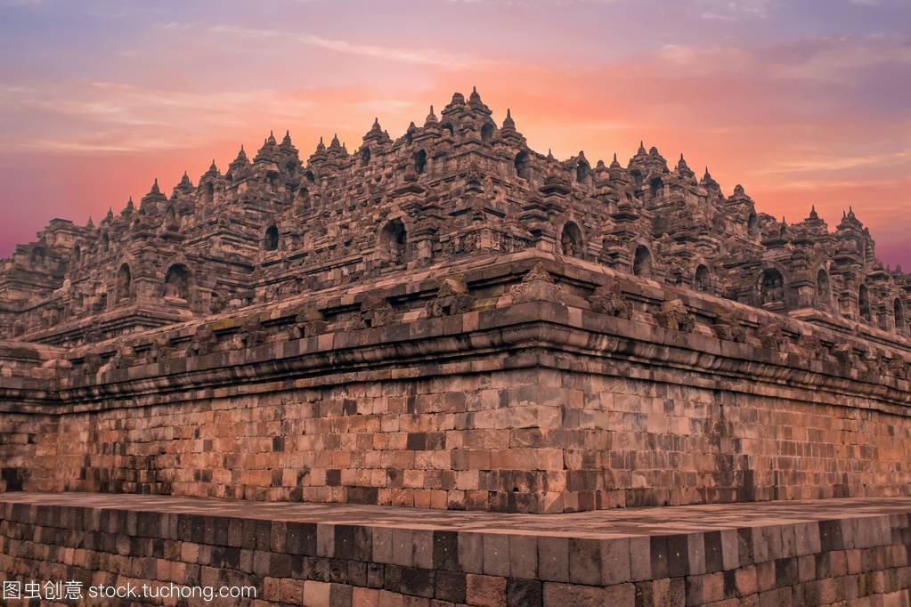 在印尼中爪哇的婆罗浮屠寺庙。这个著名的佛