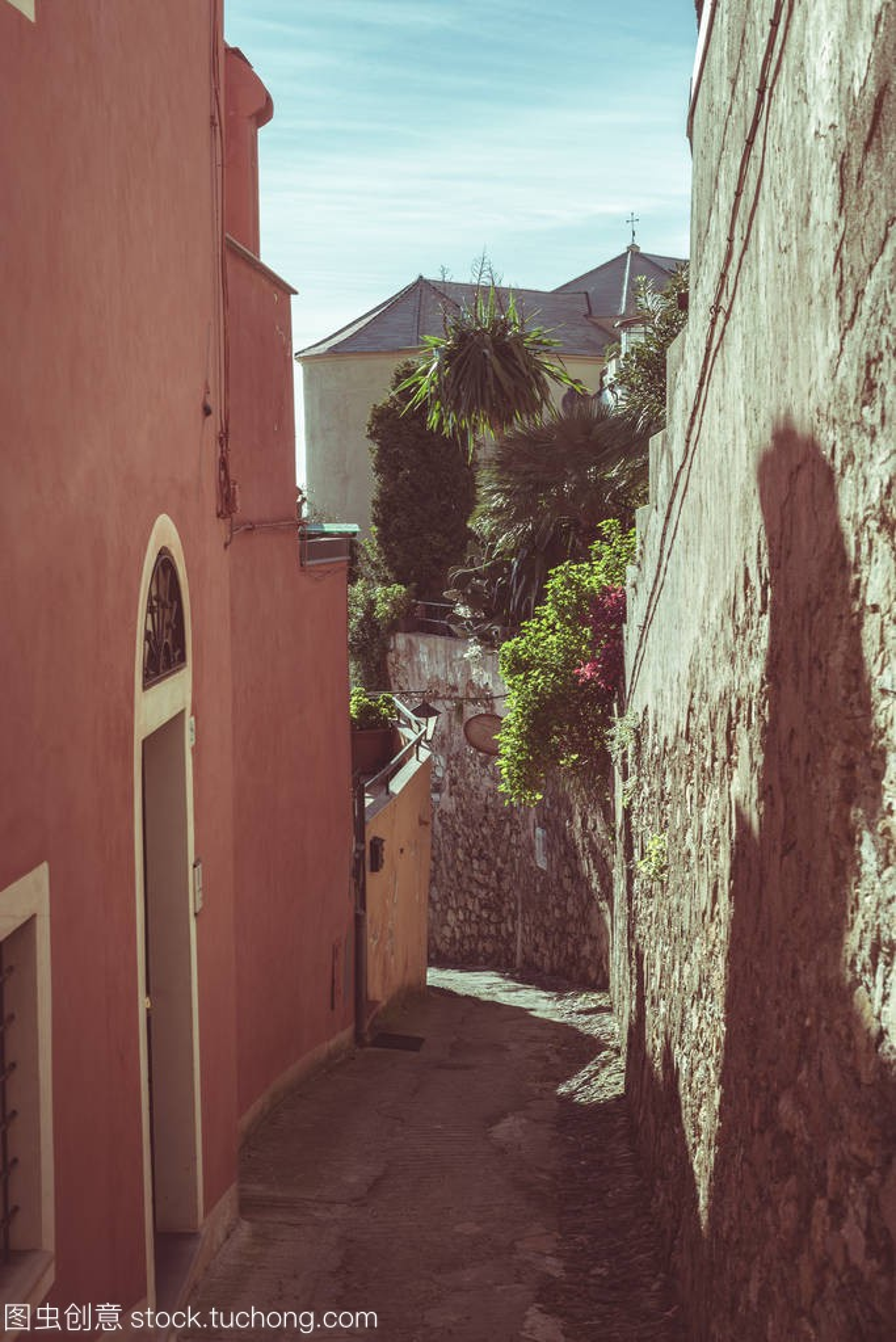 狭窄的小巷,古代历史古城在意大利,建筑上的细