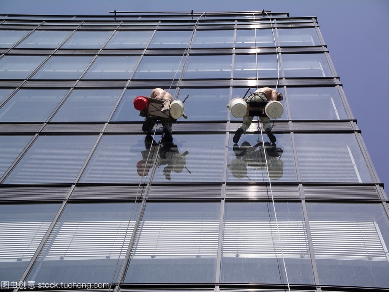 一个人清洗高层建筑的窗户