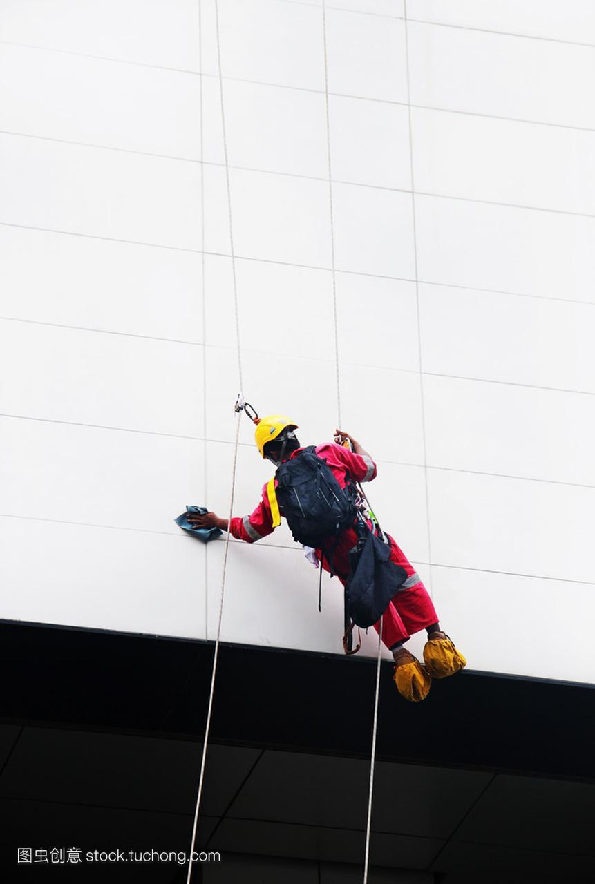 工业登山工人清洗高层建筑的窗户