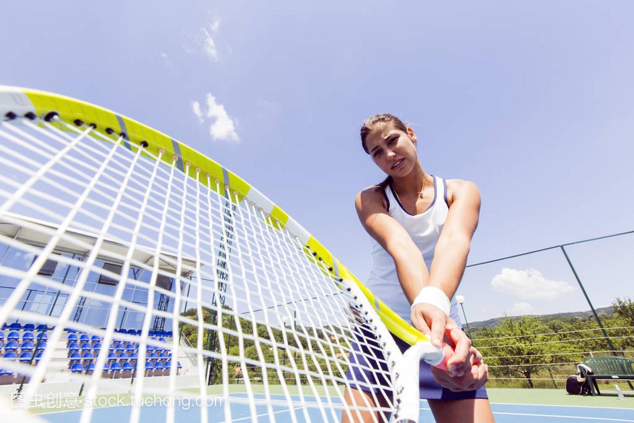 女网球运动员在行动