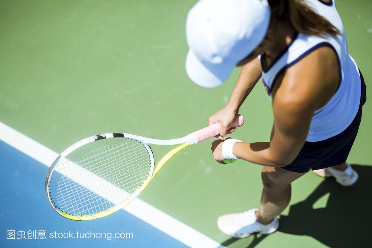 美丽的女网球运动员服务