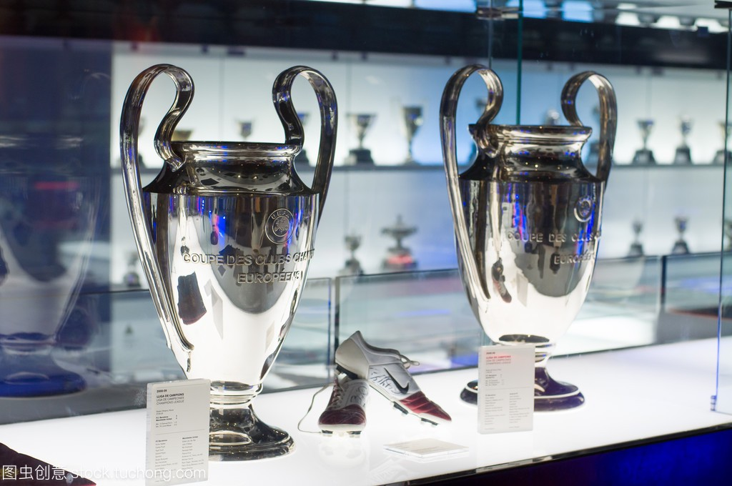 欧足联冠军联赛杯在博物馆的 Fc 巴塞罗那,西班