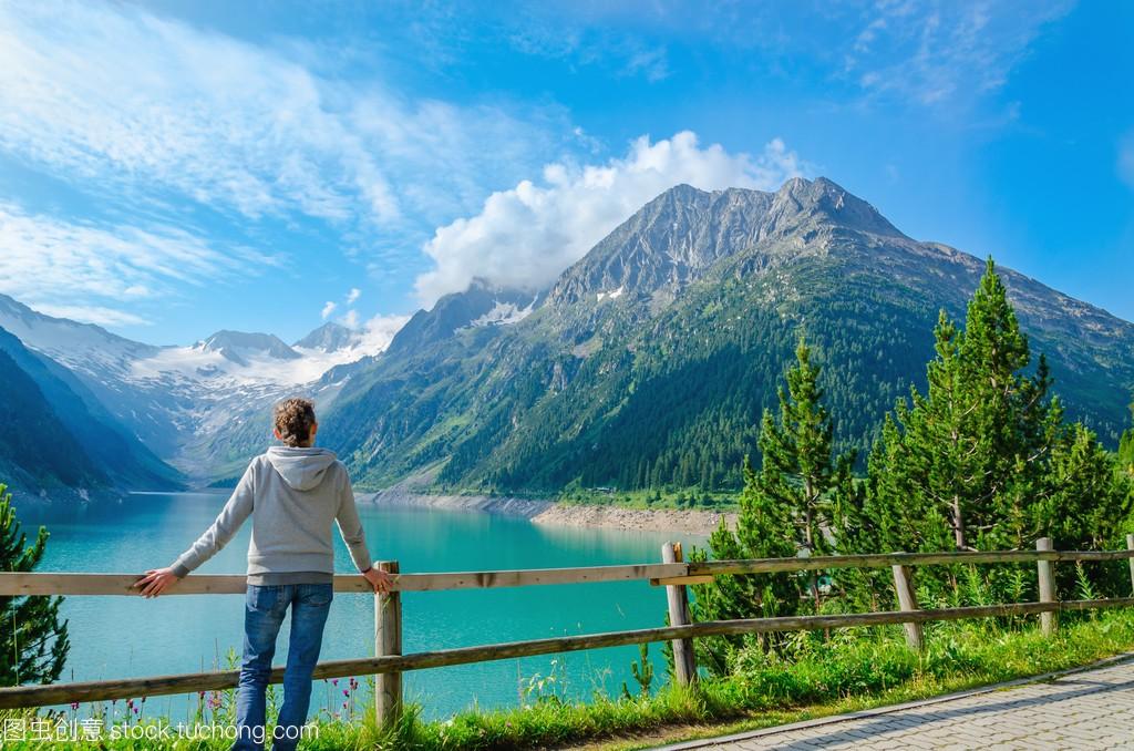 年轻游客与奥地利的阿尔卑斯山的最高峰