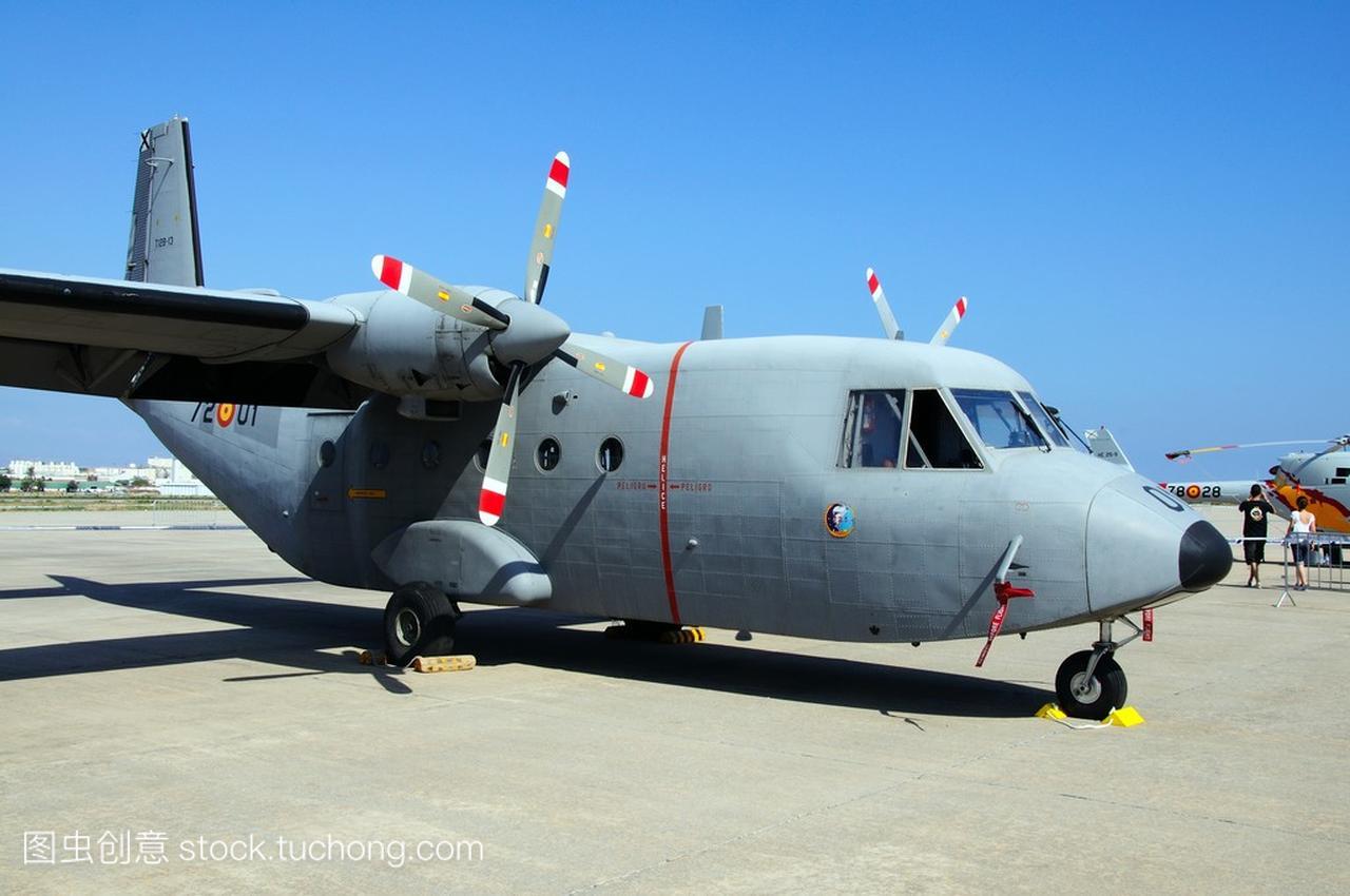 2 军事小型运输飞机第二次航展在马拉加机场,