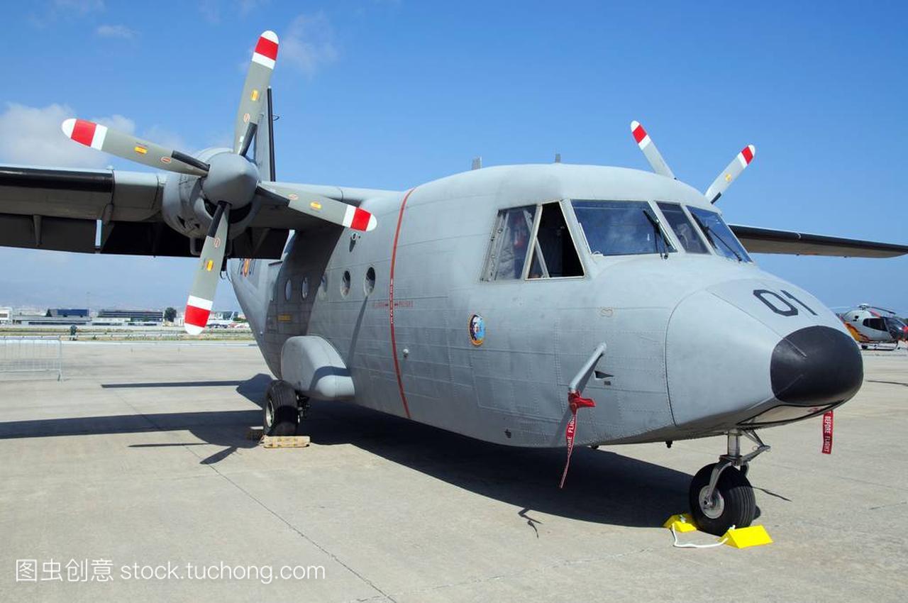 a 212 军事小型运输飞机在西班牙马拉加机场第