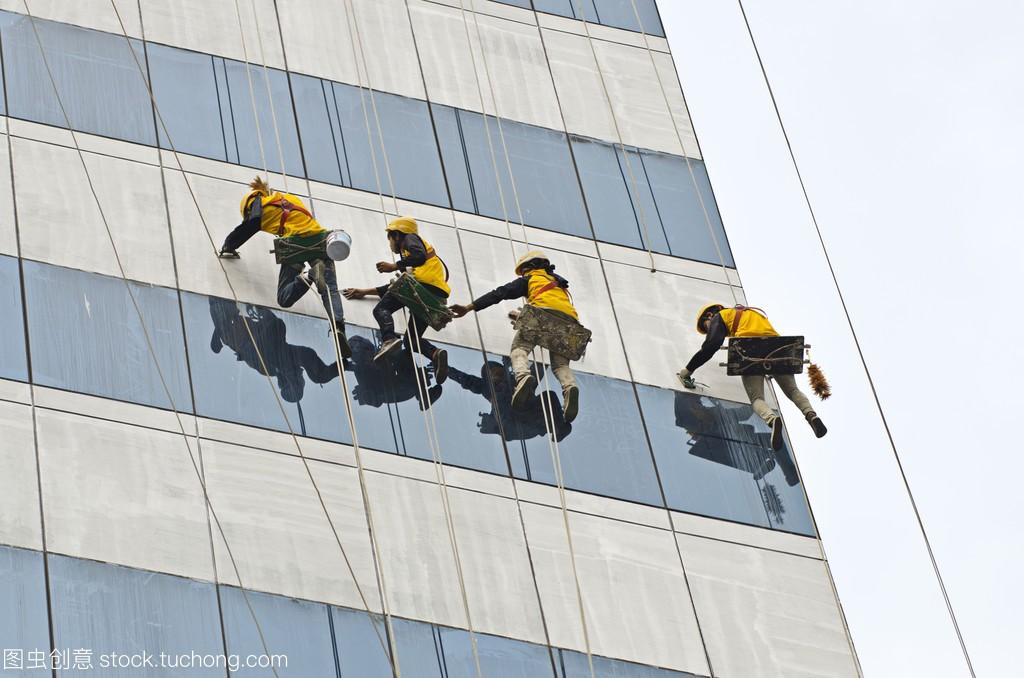 组的工人清洗高层建筑的窗户