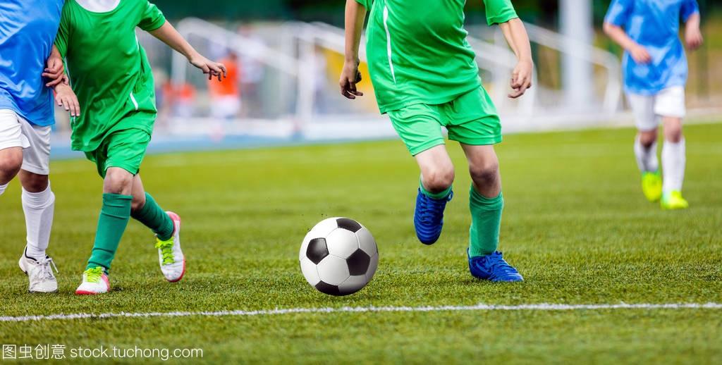 足球运动员在球场上带球跑。足球运动员在球场